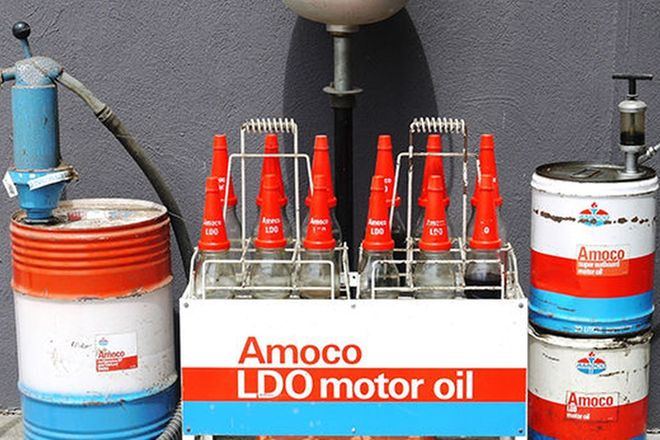 AMOCO Lot - 12 Oil Bottles & Rack, 3 x Drums & 2 Pumps and assorted Amoco paraphenalia