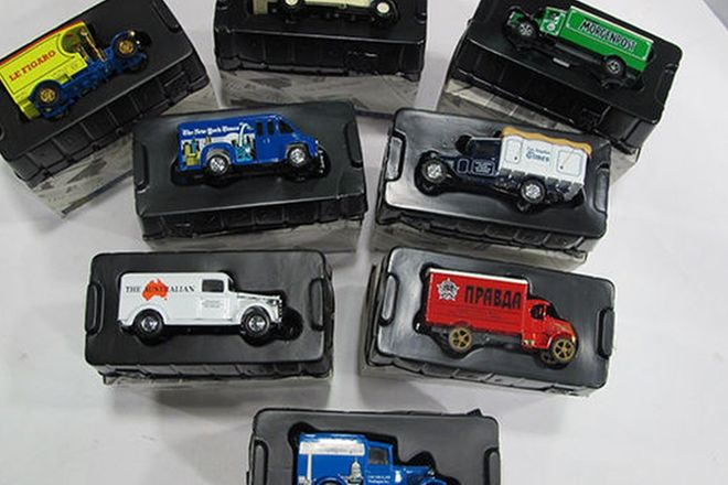 Model Cars - 8 x Newspapers of the World Scale 1:43