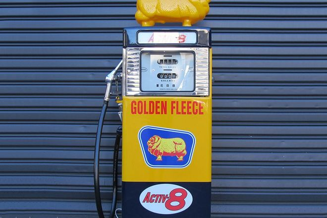Petrol Pump - Wayne 605 Petrol Pump in Golden Fleece Livery with Reproduction Ram