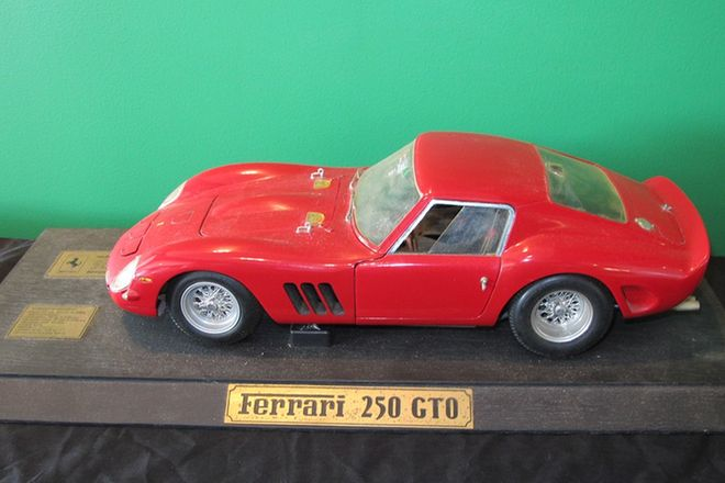 Model Car & Books - 1964 Ferrari 250 GTO (metal) by Revell (1:12 scale 37 cm) & 6 Ferrari Books