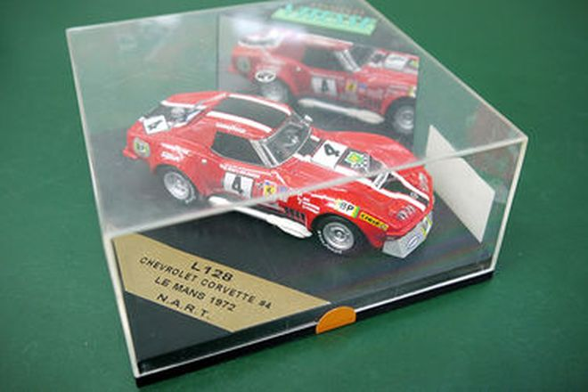 Models x 8 - Assorted quality racing and road models in cases