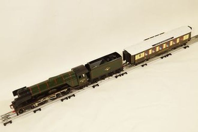 Model Train - 1 x electric Locomotive, engine Tender and deluxe dinner carriage