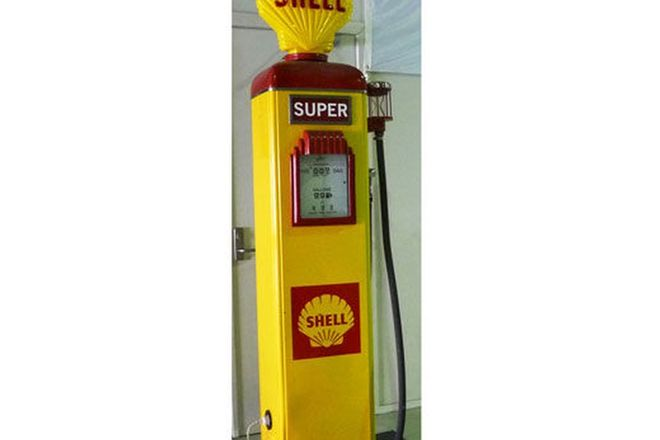 Petrol Pump - c.1950s Gilbarco Electric in Shell Livery (Restored with Reproduction Globe)