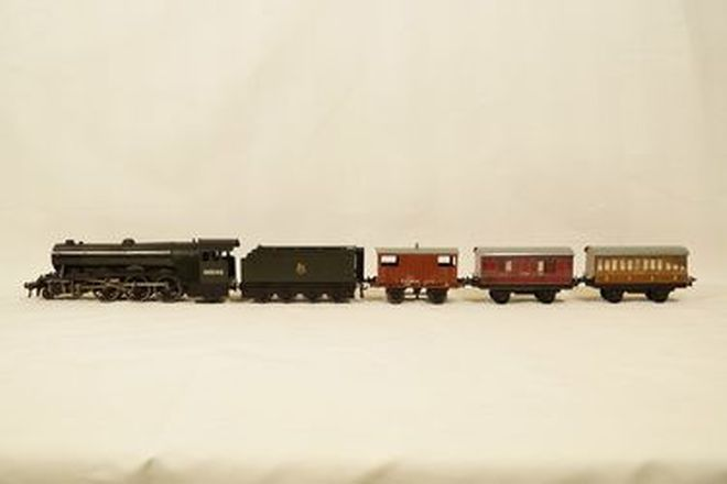 Model Train - 1 x Flying Scotsman Locomotive and engine Tender 'O' gauge & 3 Hornby Tin Carriages