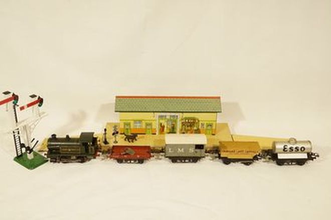 Model Train - 1 x Great Western No.2 Locomotive, 4 Tin Wagons and Hornby Train station & signal lamp
