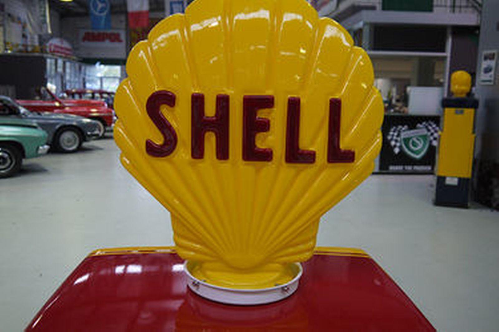 Petrol Pump - Wayne 605 Industrial in Shell Racing Livery (cosmetically restored