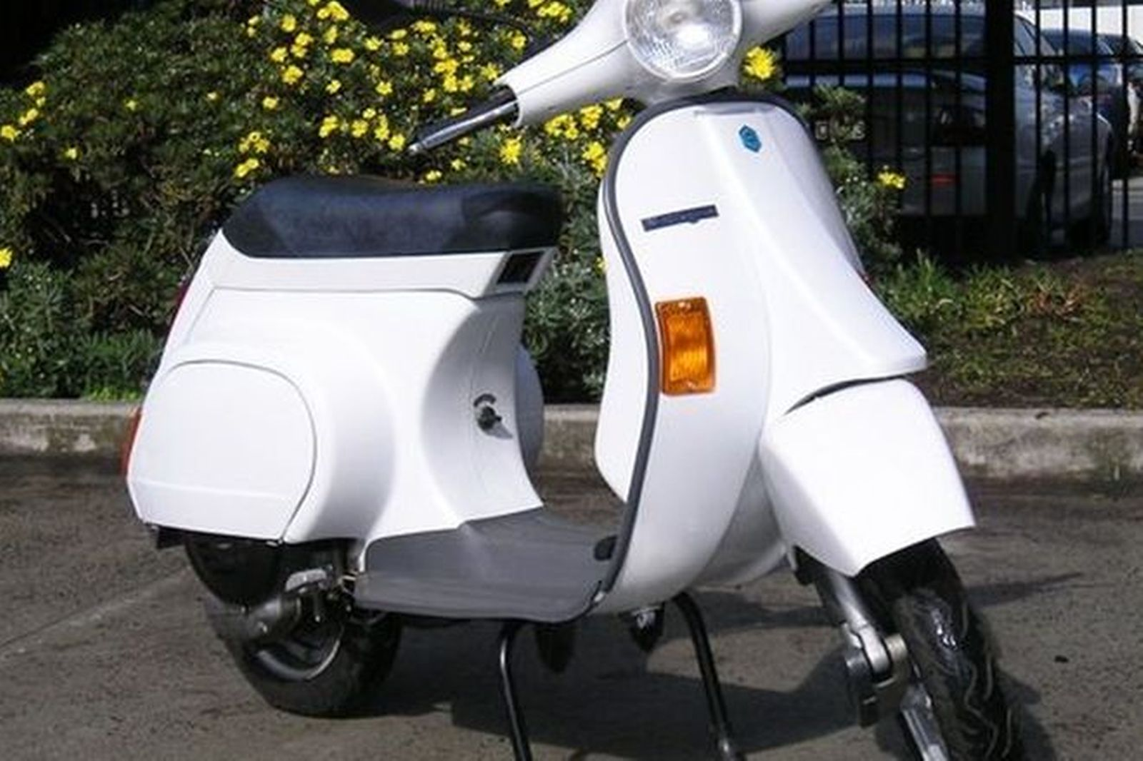 sold vespa piaggio 50cc motor scooter auctions lot 12. Black Bedroom Furniture Sets. Home Design Ideas