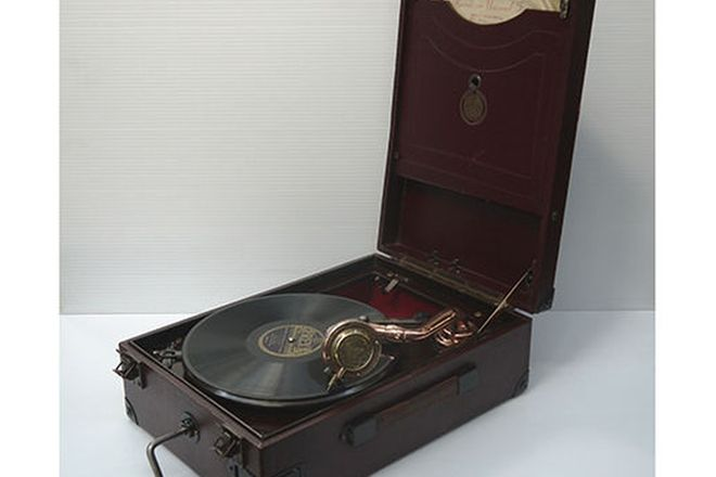 Gramophone - c1930's Antoria Wind-up Portable Picnic Gramophone (in working order)