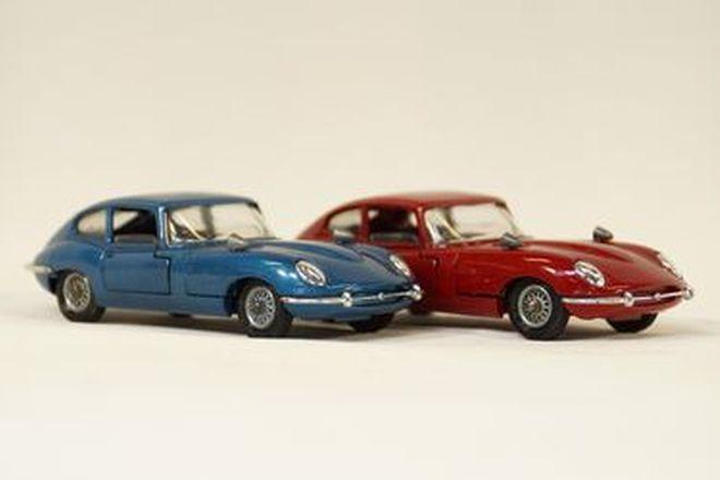 Model cars x 2  - Corgi diecast Jaguar E-Type 2+2 Red & Blue (1:43 scale)