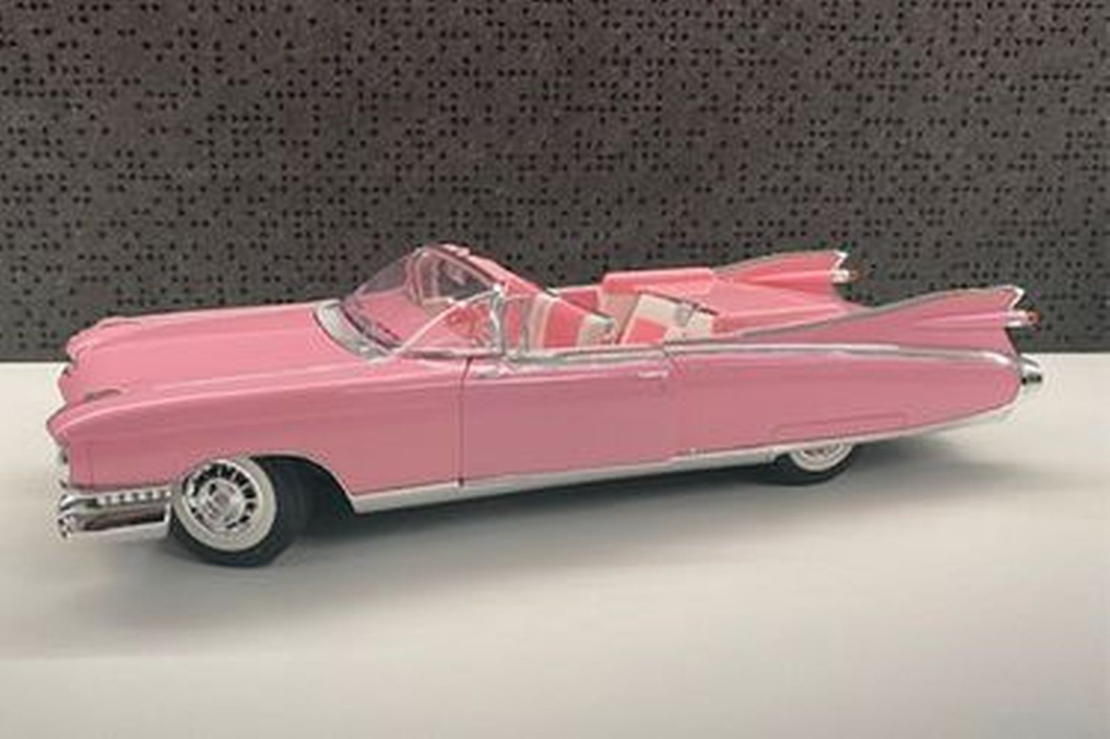 Maisto Model Car - 1959 Cadillac Eldorado Pink (Scale: 1:12)