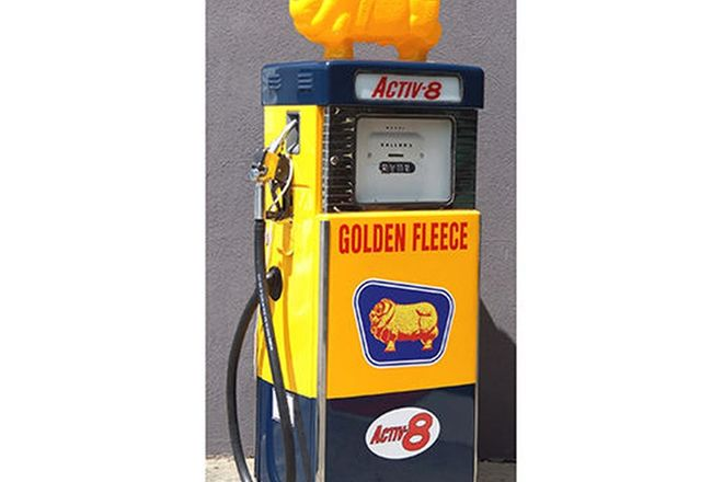 Petrol Pump - Wayne 605 in Golden Fleece Livery (cosmetically restored) with Reproduction Ram