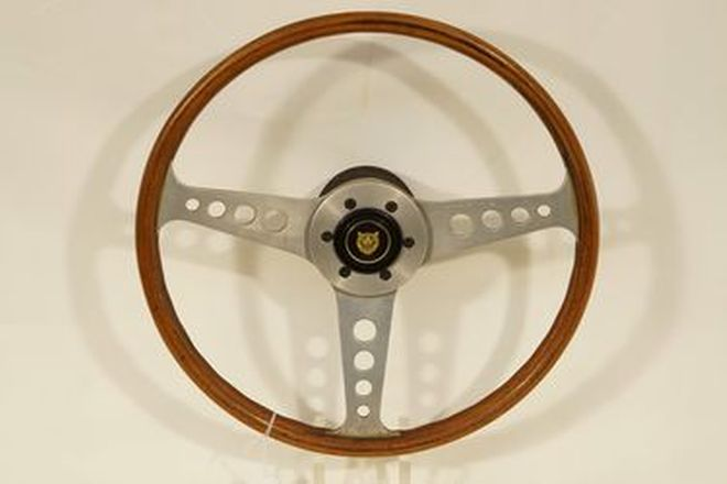 Steering Wheel - 3-spoke wood rim with Aluminium spokes and Jaguar horn button